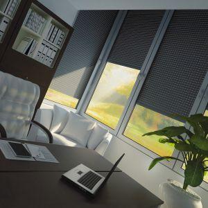 Rolety kompaktowe MS więcej niż OKNA to wygodna i skuteczna ochrona przed słońcem. Nie tylko zaciemnieją wnętrza, ale również zabezpieczają je przed nadmiernym nagrzewaniem, a tym samym redukują koszty klimatyzacji. Sterowanie radiowe pozwala na zdalną obsługę i stanowi krok w kierunku domu inteligentnego. Fot. MS więcej niż OKNA