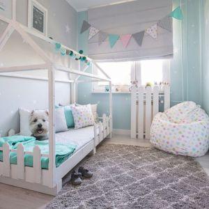 Pokój dziecięcy: dywan Royal Marocco Light Grey, koc Cotton Cloud Mint, worek i poszewki z kolekcji Little World. Fot. Dekoria.pl