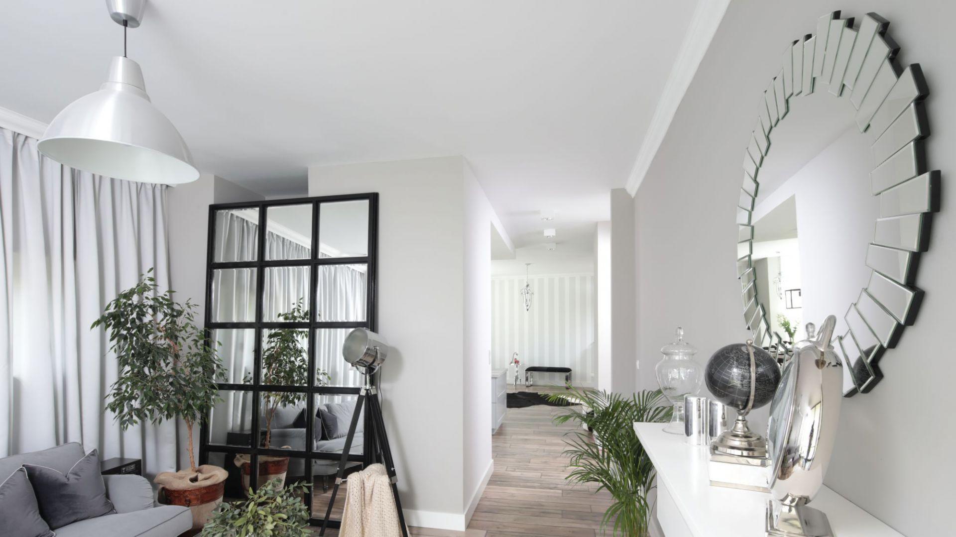 Pomysł na ścianę w salonie. Projekt: Wioletta Wójcik. Fot. Bartosz Jarosz