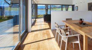 Nowoczesne okna z wyposażeniem przeciwsłonecznym skutecznie zapobiegają nadmiernemu nagrzewaniu się pomieszczeń latem. Dzięki temu w domu będzie panował przyjemny chłód, nawet w bardzo upalne dni.