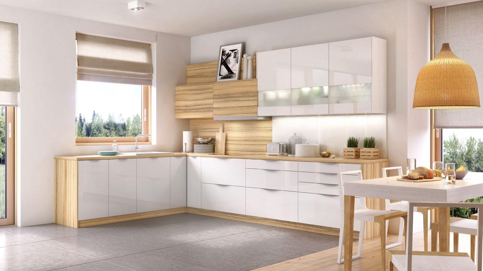 Subtelne piękno białych frontów z linii KAMmoduł Premium podkreślono delikatnymi uchwytami listwowymi i dekoracyjnymi elementami ze szkła mlecznego. Fot. KAM
