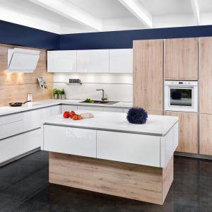 Bieli i drewno, czyli jeden z ulubionych motywów w nowoczesnych aranżacjach zastosowano w linii KAMmoduł ProLine. Fot. KAM