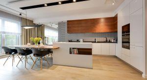 Czy wysoka zabudowa w kuchni to dobry pomysł? Zdecydowanie tak. W kuchni dodatkowe miejsce na przechowywanie na pewno się przyda.