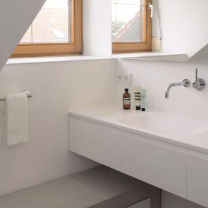 Betonowy mebel jednocześnie zapewnia miejsce do przechowywania i siedzenia. Fot. Christian Hacker. Copyrights: Dornbracht