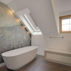 Łazienka o powierzchni 12 metrów kwadratowych po renowacji wydaje się przestronna i przepełniona światłem. Fot. Christian Hacker. Copyrights: Dornbracht