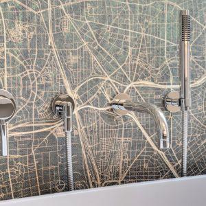 Tapeta z abstrakcyjnym motywem mapy jest idealnym tłem dla prostej armatury Tara.Logic Dornbracht. Fot. Christian Hacker. Copyrights: Dornbracht