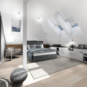 W sypialni pod skosami nie zabrakło miejsca na szafki do przechowywania i miejsce relaksu. Projekt: TWORZYWO studio. Fot. TWORZYWO studio