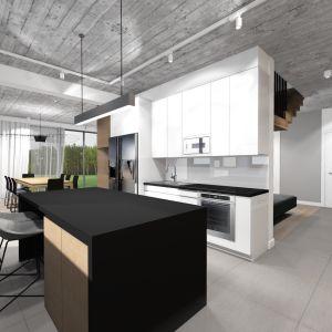 Kuchnia jest małym zaskoczeniem, ponieważ nie widać jej na pierwszy rzut oka. Jest płynnie połączona z jadalnią zarówno powierzchniowo, jak i za pomocą mebli do zabudowy. Projekt: TWORZYWO studio. Fot. TWORZYWO studio