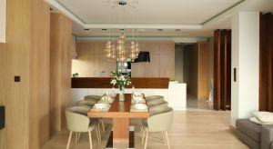 Jak urządzić wygodną i piękną kuchnię połączoną z jadalnią? Zobaczcie pomysł polskich architektów i projektantów wnętrz.