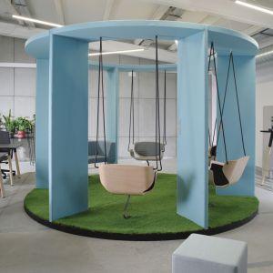 Podwieszane fotele Social Swing umieszczone są w taki sposób, aby rozmówcy byli do siebie zwróceni twarzami. To zaś wymusza kontakt wzrokowy i naturalną interakcję. W fotelach można wygodnie wypocząć podczas przerwy w pracy, a lekkie, miarowe bujanie pomoże się odprężyć. Fot. Bejot