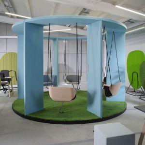 Twórcą Social Swing jest polski projektant Maciej Karpiak, który w jednym projekcie połączył najnowsze technologie, jak również naukę o człowieku. Social Swing jest również projektem prospołecznym. Fot. Bejot