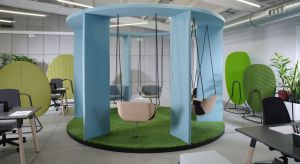 Kreatywnie urządzone biuro jest równie istotne jak nowoczesny sprzęt czy wygodne meble. Dobrą atmosferę pracy zapewnić może aranżacja uwzględniająca potrzeby pracowników, w której jest miejsce na wykonywanie zadań, na posiłek, służbowe spo