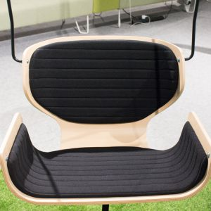 Wygodne podwieszane fotele oraz miękkie sofy, składające się na system Social Swing, tworzą w biurze przyjazną atmosferę. Fot. Bejot