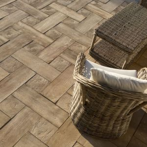 Betonowa kostka Deska Ogrodowa to propozycja dla wszystkich wielbicieli urody naturalnego drewna. Dokładnie odwzorowuje fakturę drewna, a jednocześnie zwalnia z obowiązku jego impregnacji. Fot. Bruk-Bet