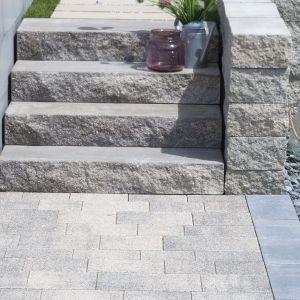 Stopień schodowy Grando o zróżnicowanej wielkości, co pozwala wykonać schody o różnej szerokości i wysokości. Elementy o łamanej fakturze - które przypominają naturalny kamień - świetnie dopełniają przestrzeń ogrodu utrzymanego w stylu śródziemnomorskim. Fot. Polbruk