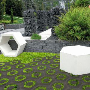 Plaster miodu to betonowy element małej architektury ogrodowej z linii Stampo, który może posłużyć zarówno jako praktyczne siedzisko bądź stolik (wersja pełna), jak i oryginalny element dekoracyjny lub donica (wersja ażurowa). Fot. Libet