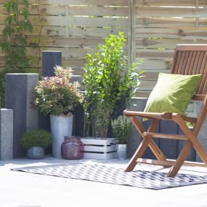 Palisada Zen to rozwiązanie umożliwiające zabudowę nierówności w ogrodzie, takich jak wszelkie skarpy, pagórki i wzniesienia; wysokość od 30 do 120 cm. Fot. Polbruk