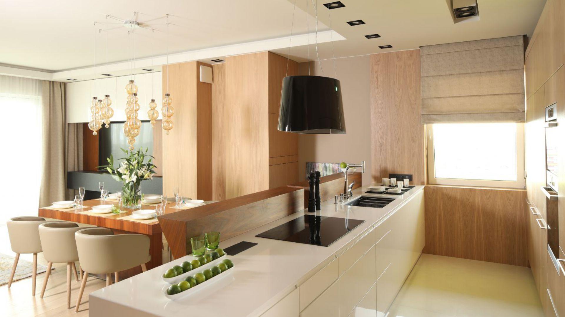 Salon z kuchnią otwartą. Projekt: Laura Sulzik. Fot. Bartosz Jarosz