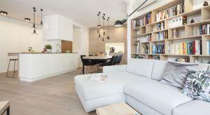 Otwierając kuchnię na salon można stworzyć przestrzeń dopasowaną do potrzeb i oczekiwań całej rodziny.