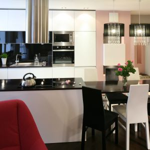 Salon z kuchnią otwartą. Projekt: Marta Dąbrowska. Fot. Bartosz Jarosz