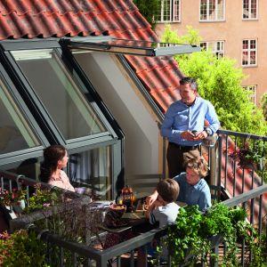 """Okno balkonowe Gel z kolekcji """"Więcej Przestrzeni"""" firmy Velux. Dzięki specjalnej konstrukcji okna mieszkańcy mogą cieszyć się większą ilością światła dziennego, świeżym powietrzem oraz panoramicznym widokiem. Fot. Velux"""