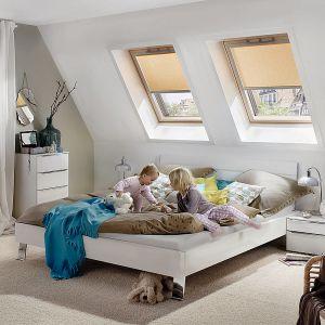 Drewniane okno obrotowe RotoQ to lekko zmodernizowana wersja RotoQ z pakietem trzyszybowym, która posiada teraz jeszcze niższy współczynnik przenikania ciepła na poziomie Uw=0,77 W/m²·K. Fot. Roto Okna Dachowe