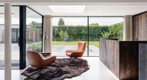 Nowoczesna architektura i duże przeszklenia sprawiają, że we wnętrzach jest więcej światła i przestrzeni. Domowy metraż łatwo powiększyć o balkon, taras lub ogród. Od wiosny do jesieni drzwi tarasowe mają jedno zadanie – otworzyć dom na s�
