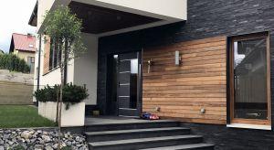 Dobre pierwsze wrażenie można zrobić tylko raz. A skoro drzwi wejściowe do domu jednorodzinnego są jego wizytówką, warto zadbać o ich piękno, estetykę i stylistyczne dopasowanie do elewacji budynku.