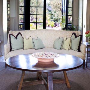 Pastelowa kanapa w salonie. Fot. Franc Gardiner