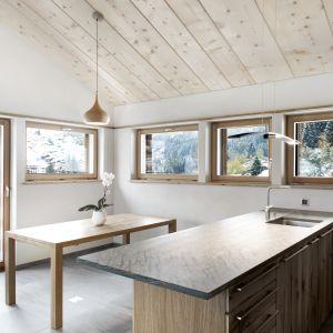 Larch Barn. Projekt: Laurent Berset, Sacha Martin, Romain Pellissier, Alp'Architecture Sàrl. Fot. Christophe Voisin