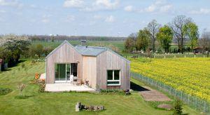 Prosta, ale duża bryła zwieńczona dwuspadowym dachem, drewniana deska na elewacjach, okna wychodzące na wiejskie podwórko i okoliczną przyrodę – dla coraz większej ilości inwestorów tak wygląda wymarzony dom.
