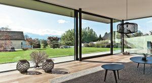 Nowoczesna architektura i duże przeszklenia sprawiają, że we wnętrzach jest więcej światła i przestrzeni.