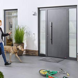 Drzwi ThermoSafe firmy Hörmann przeznaczone są do domów energooszczędnych, producent oferuje je przy tym także w wykonaniu XXL o wysokości do 2,5 m. Zabezpieczenia: 5-punktowe ryglowanie z trzpieniem przeciwwyważeniowym po stronie zawiasów, opatentowana rozeta zewnętrzna zabezpieczająca wkładkę patentową przed rozwierceniem. Fot. Hörmann