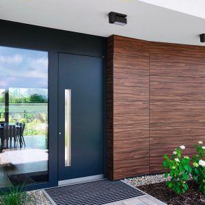 Drzwi drewniano-aluminiowe dobrze sprawdzą się w przypadku nowoczesnych domów. Na zdjęciu: model HT 410, z drewnem od wewnątrz, aluminium od zewnątrz oraz dodatkowym ociepleniem z pianki termoizolacyjnej znajdującym się pomiędzy. Dodatkowo doświetlenie boczne. Ud = 0,58 W/m2K. Fot. Internorm