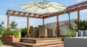 Drewno to uniwersalny i ponadczasowy materiał, który sprawdzi się nie tylko w każdym pomieszczeniu wewnątrz domu, na tarasie czy elewacji. Z powodzeniem może zastąpić również popularnie stosowane przy wykańczaniu balkonów płytki ceramiczne.