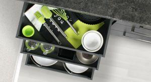 Szuflady to rozwiązanie nie tylko wygodniejsze, ale i praktyczniejsze od tradycyjnych szafek z drzwiczkami. Pozwolą maksymalnie wykorzystaćprzestrzeń pod blatem i ułatwią codzienną pracę w kuchni.