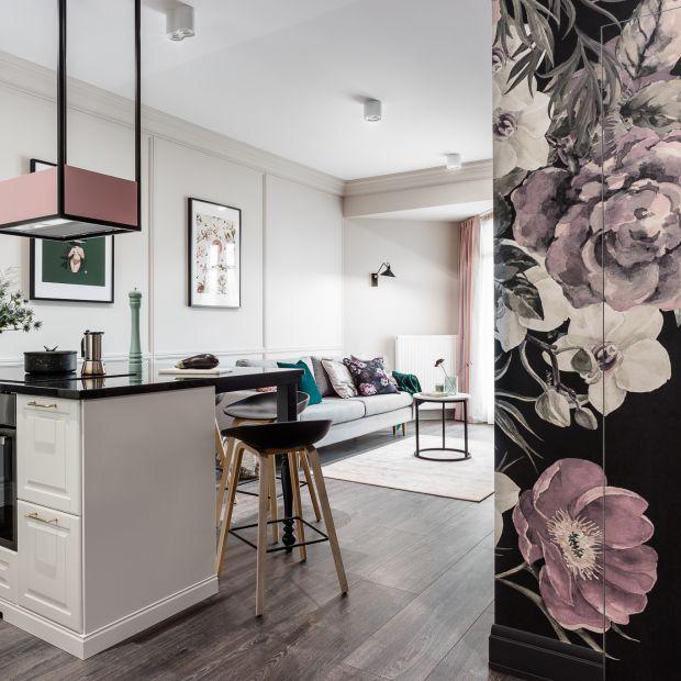 Nieduże mieszkanie - ciekawe wnętrze z motywem kwiatów