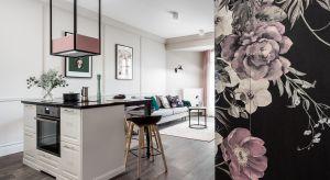 W przypadku tego gdańskiego mieszkania architekci postawili na jeden, ale bardzo mocny akcent w postaci tapety z przeskalowanymi kwiatami na fragmencie ściany w salonie oraz na drzwiach sypialni.