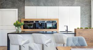 Biel we wnętrzach kuchennych to prosty, ale niezwykle skuteczny sposób, aby osiągnąć spektakularny efekt. Dobrze się prezentuje na kuchennych frontach i jest gwarancją szykownego wnętrza, które oprze się upływowi czasu.