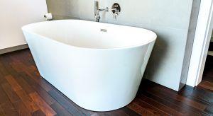 Drewno w łazience to idealna propozycja dla osób, którym zależy na aranżacji przestrzeni w naturalnym stylu, zgodnie z najnowszymi trendami.