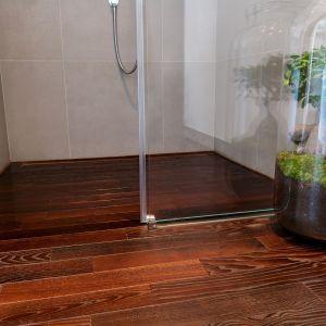 Drewo w łazience - jesion amerykański Thermory. Fot. Komplex Market