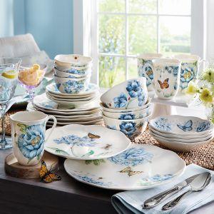 Charakteryzując się lekkością i wdziękiem kolekcja Butterfly Meadow Blue została odmienione za sprawą błękitu. Cena: 95 zł/talerz. Fot. Lenox