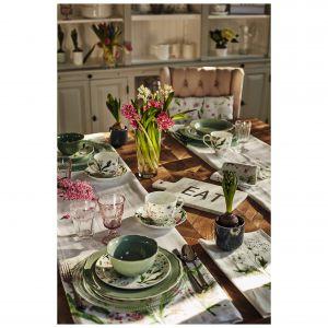 Wielbiciele sielskich klimatów i kwiatowych motywów ucieszą się z zastawy Freska, w której skład wchodzą filiżanki, kubki i talerzyki. Wykonane z wysokiej jakości porcelany kostnej, ozdobione roślinnymi motywami. Fot. Duka