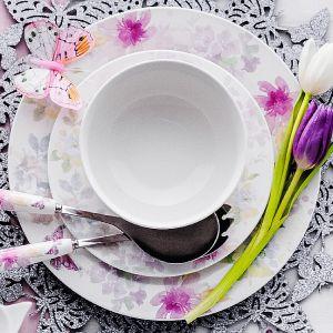 Zastawa stołowa Pasteli wykonana z nowoczesnej porcelany, budzi zachwyt dekoracyjnymi, akwarelowymi malunkami kwiatów. Pastelowe barwy naczyń sprawią, iż w domowym wnętrzu zapanuje zdecydowanie przyjemny, wiosenny klimat. Cena: od 15 zł/kubek. Fot. Home&You