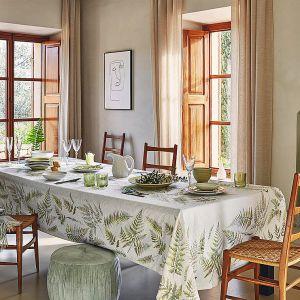 Żakardowy bawełniany obrus z nadrukiem oraz porcelanowe akcesoria stołowe w kształcie liści paproci z wiosennej kolekcji In Bloom. Cena: 269 zł/obrus. Fot. Zara Home