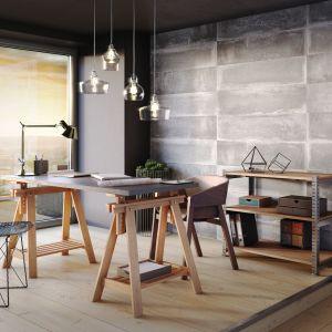 Płyty Kerradeco pozwalają na aranżację wnętrz utrzymanych w różnorodnej stylistyce – od klimatów loftowych, przez rustykalne, aż po techniczny minimalizm. Można nimi wykończyć powierzchnię starych, wymagających odświeżenia ścian, ale również zbudować z nich samodzielną ściankę działową. Fot. Vox