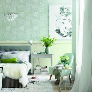 Połączenie tapety z farbą dekoracyjną to prosty i niezawodny sposób na dekoracje ściany. Tapeta Dream oraz kolor farby x450 Trek z kolekcji Tikurilla Duett nadadzą wnętrzu stylowy, przytulny klimat. Fot. Tikkurila