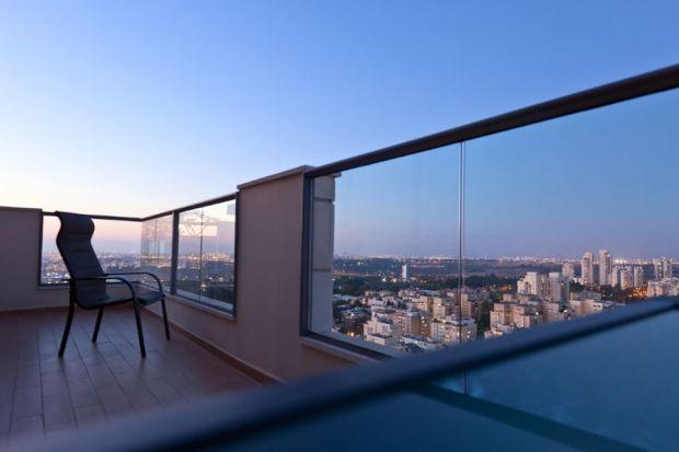 Przeszklony taras – pomysły na aranżację domowego balkonu