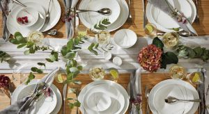 Letnie przyjęcia to chwile pełne radości, spędzane z rodziną i przyjaciółmi na świeżym powietrzu. Elegancja porcelany w połączeniu z surowością drewnianego stołu, przełamaną lnianym obrusem i bukietami polnych kwiatów, pozwala stworzyć k