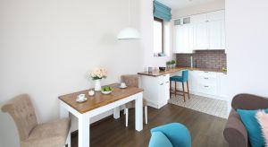 Podobnie, jak pozostałe pomieszczenia,także kuchnia emanuje klimatem rodemz francuskiego domu. Cechy styluprowansalskiego przeplatają się tutaj – zgodniez życzeniem inwestorki – z elementami stylistykivintage.